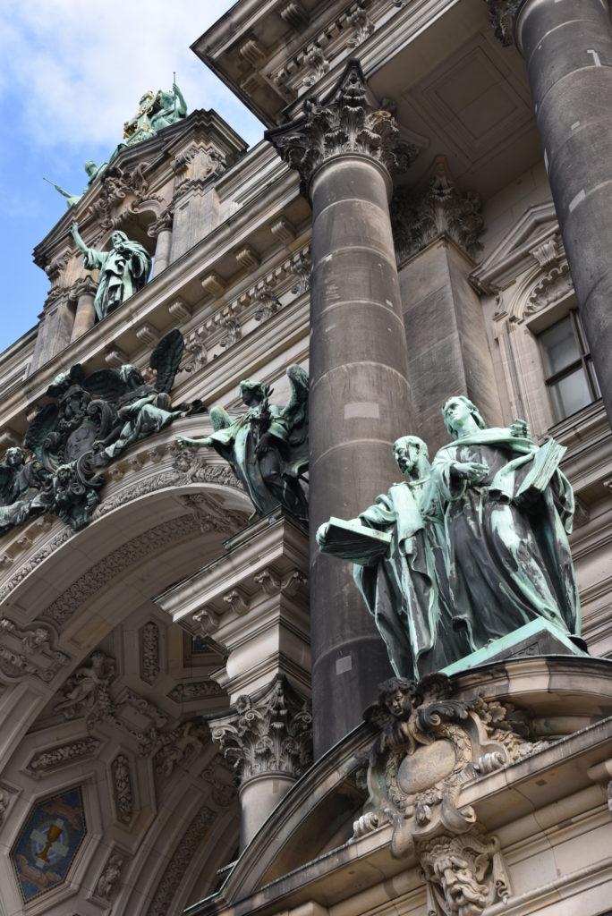 Figury na fasadzie Katedry w Berlinie