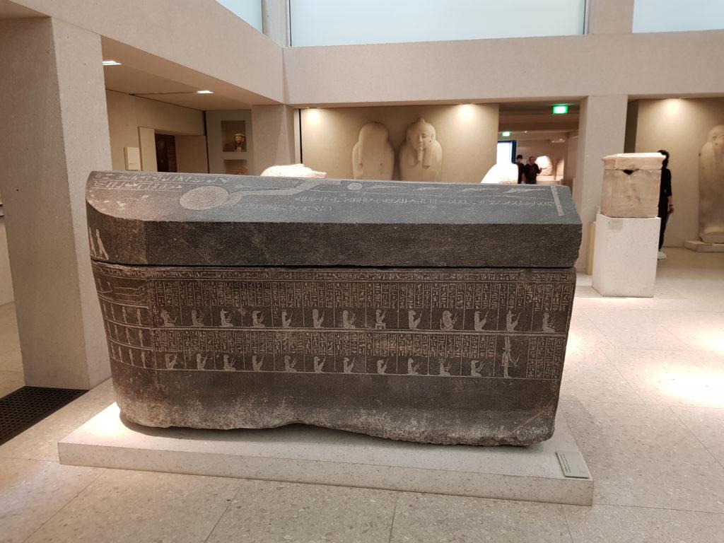 Wyspa Muzeów w Berlinie - Nowe Muzeum - sarkofag generała Pede-Esi