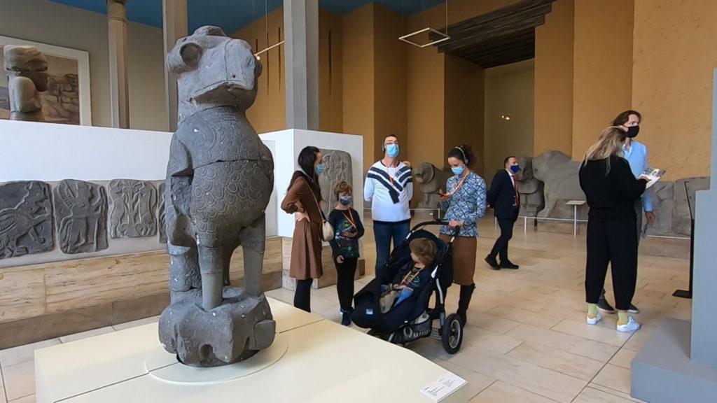 Wyspa Muzeów w Berlinie - Muzeum Pergamońskie - zwiedzający w maseczkach
