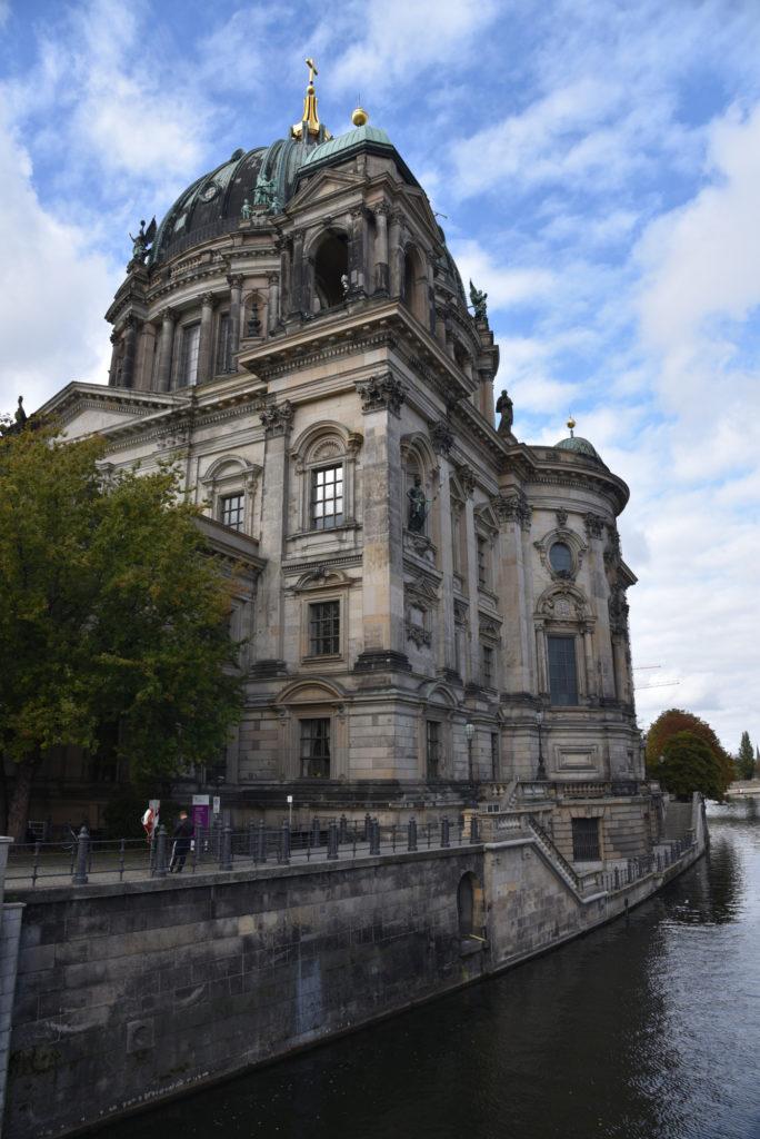 Katedra w Berlinie na Wyspie Muzeów widziana od tyłu