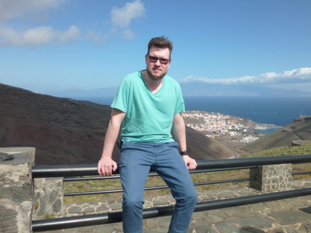 Marcin na tarasie widokowym z widokiem na San Sebastian de la Gomera i Teneryfę