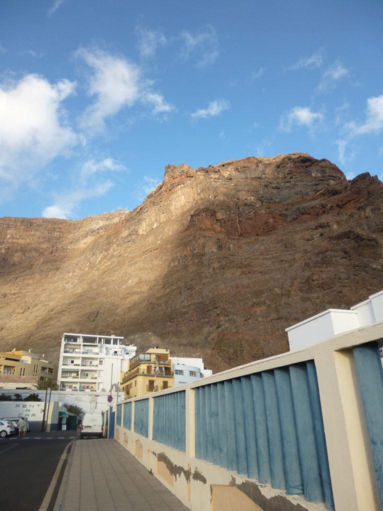 La Gomera - pomarańczowo-brunatne klify w Valle Gran Rey