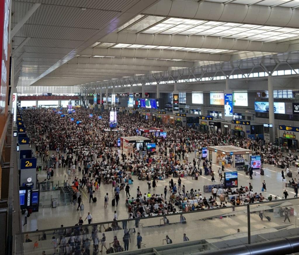 Tłumy w poczekalni na stacji Shanghai Hongqiao