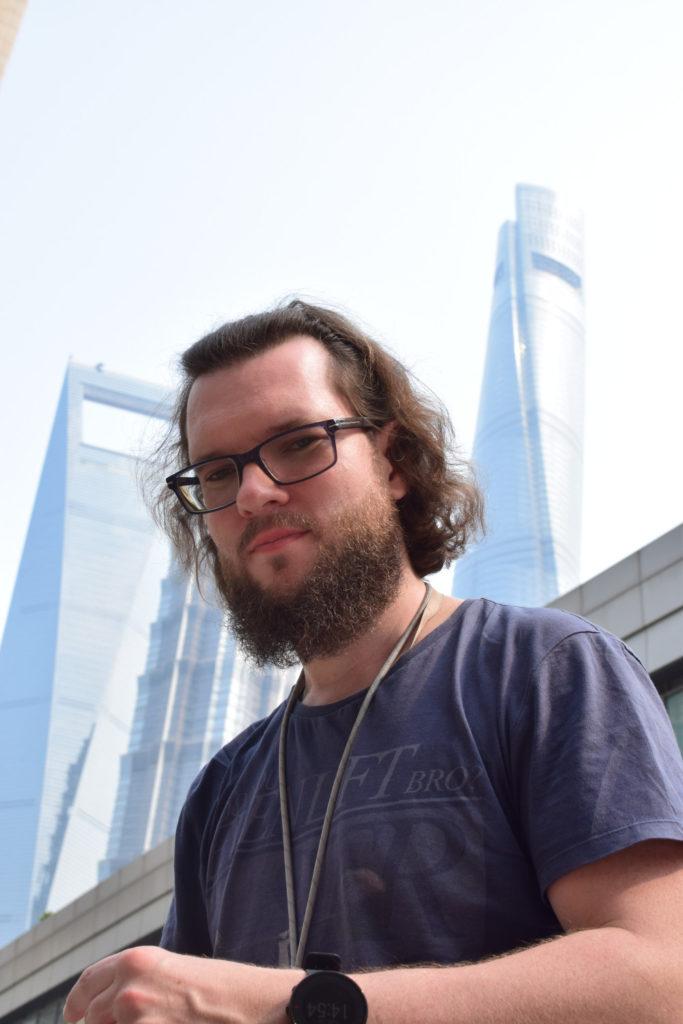 Marcin na tle Szanghaj Tower