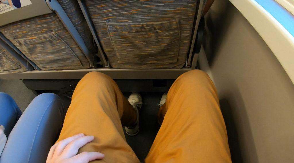 Przestrzeń na nogi w pociągu