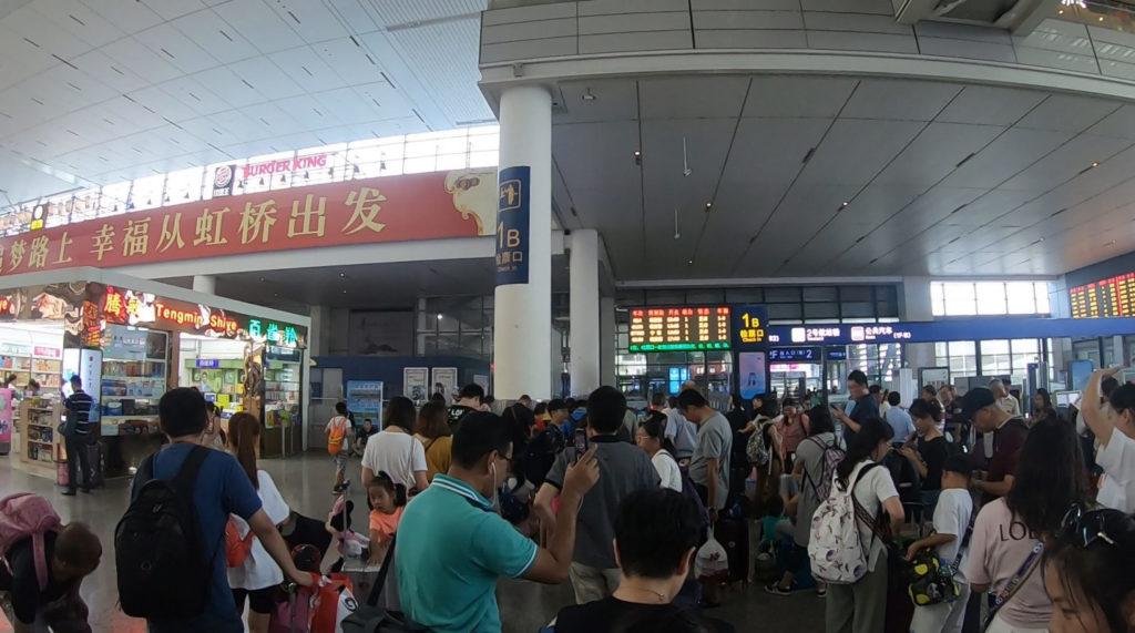 Kolejka do bramki na peron dworca Shanghai Hongqiao