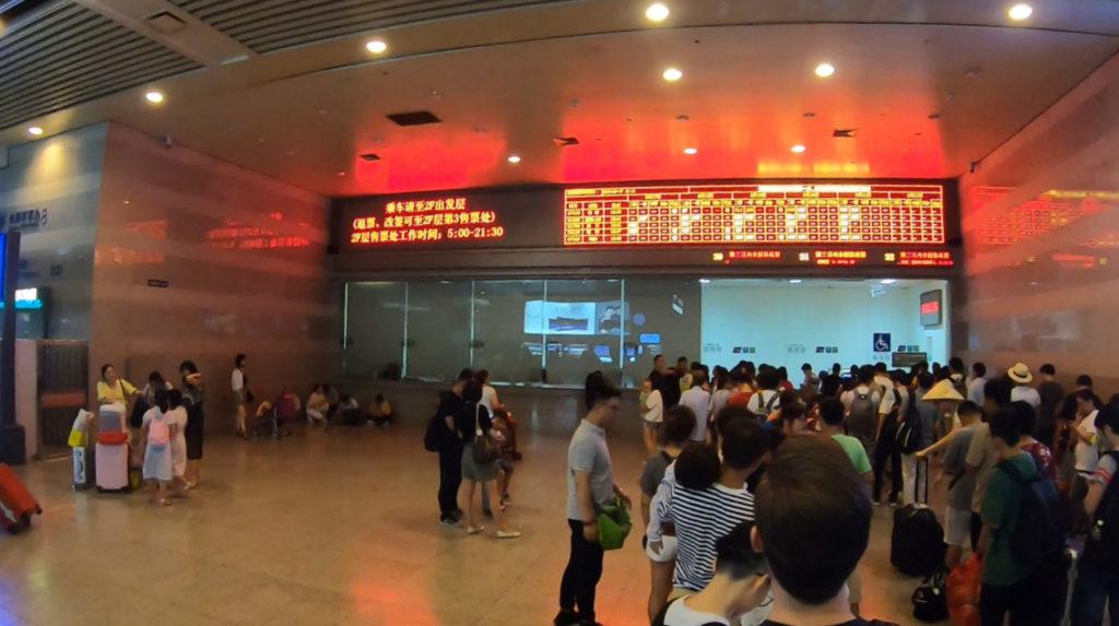 Kolejka po odbiór biletów na stacji kolejowej Shanghai Hongqiao