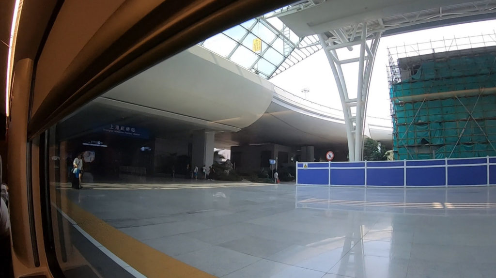 Peron dworca Shanghai Hongqiao widziany z okna