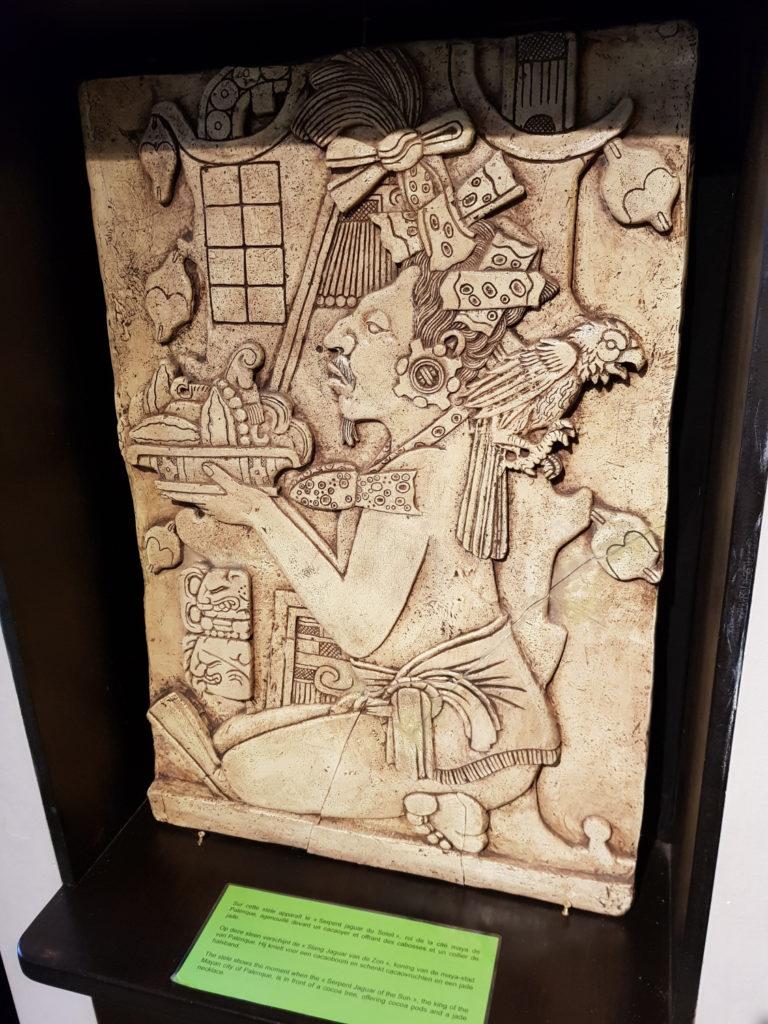 Bruksela czekolada komiksy - Król Majów składający w ofierze nasiona kakaowca w Muzeum kakao i czekolady w Brukseli