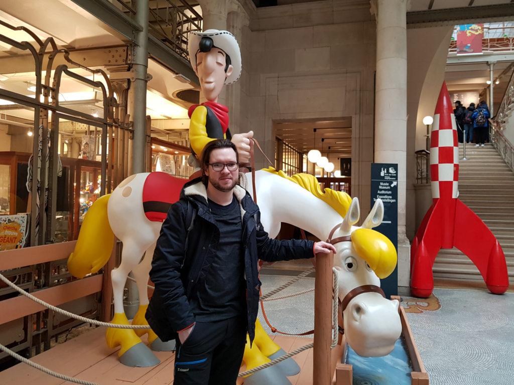 Bruksela czekolada komiksy - Lucky Luke na Jolly Jumperze - rzeźba w Belgijskim Centrum Komiksu w Brukseli