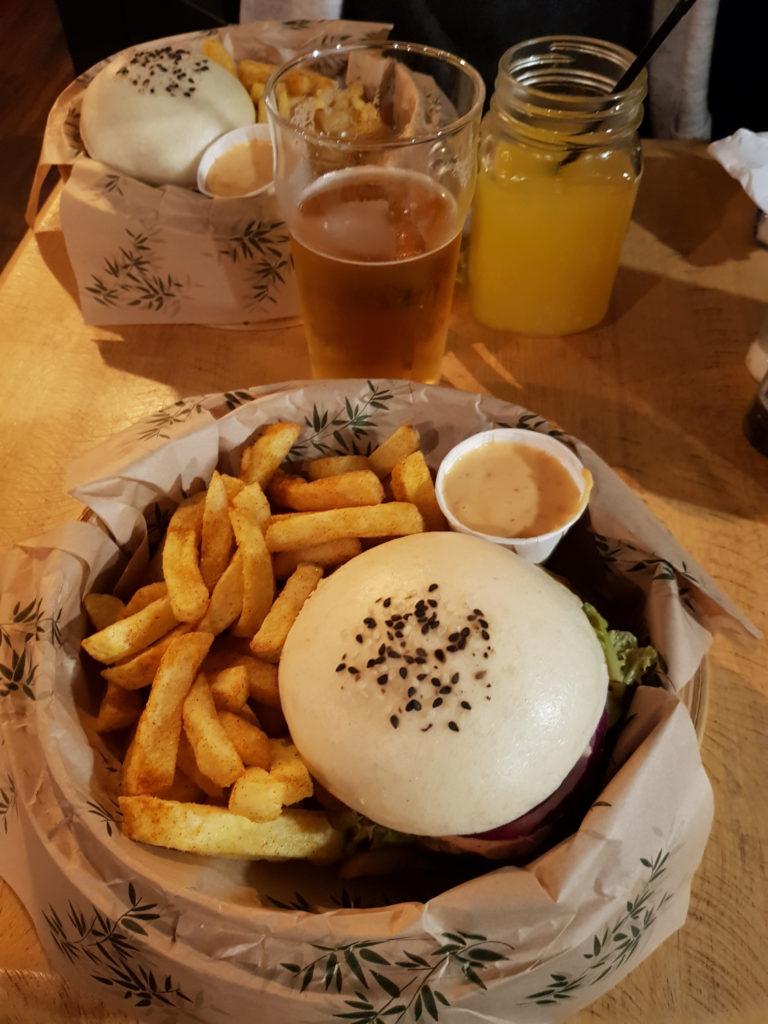 Hamburger w frytkami