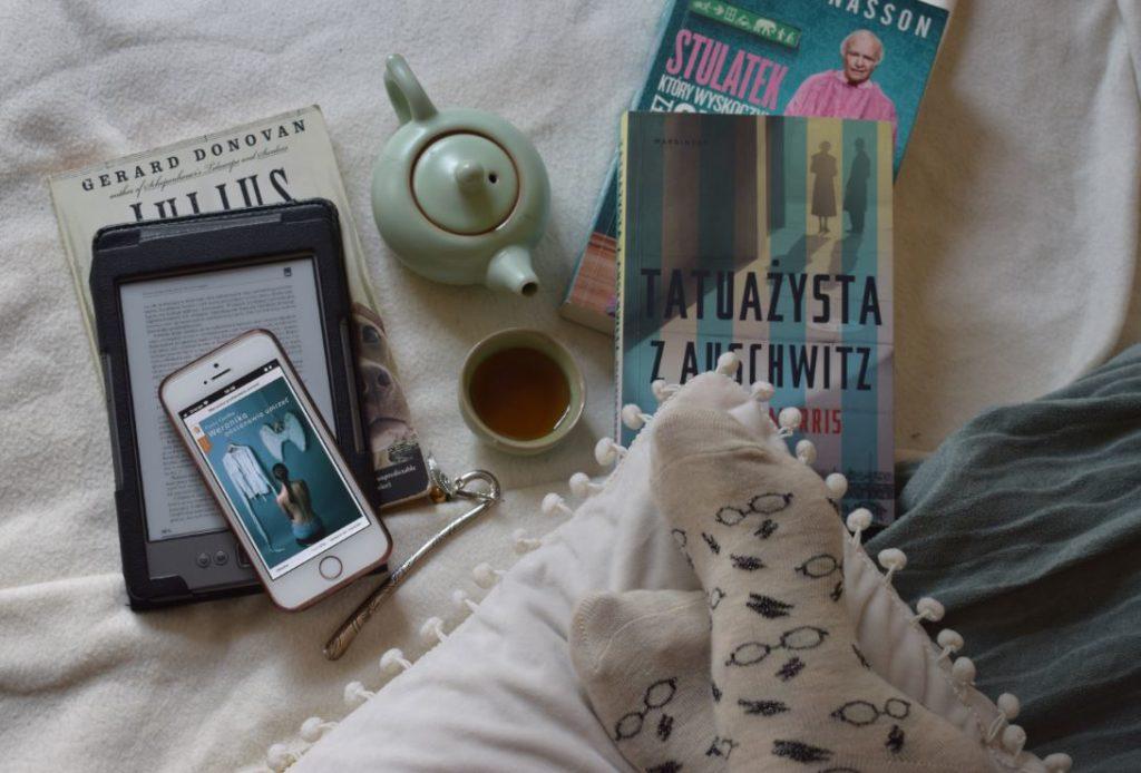 książki, ebook reader, telefon, herbata, skarpety z motywem Harry'ego Pottera