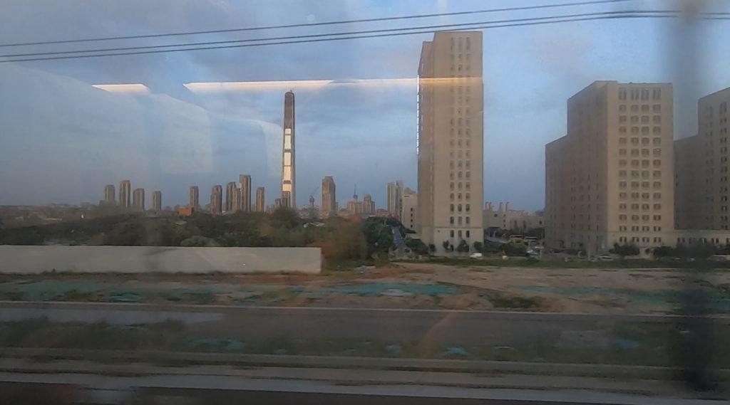 Pociągiem z Szanghaju do Pekinu - budowany drapacz chmur Goldin Finance 117 w Tianjin