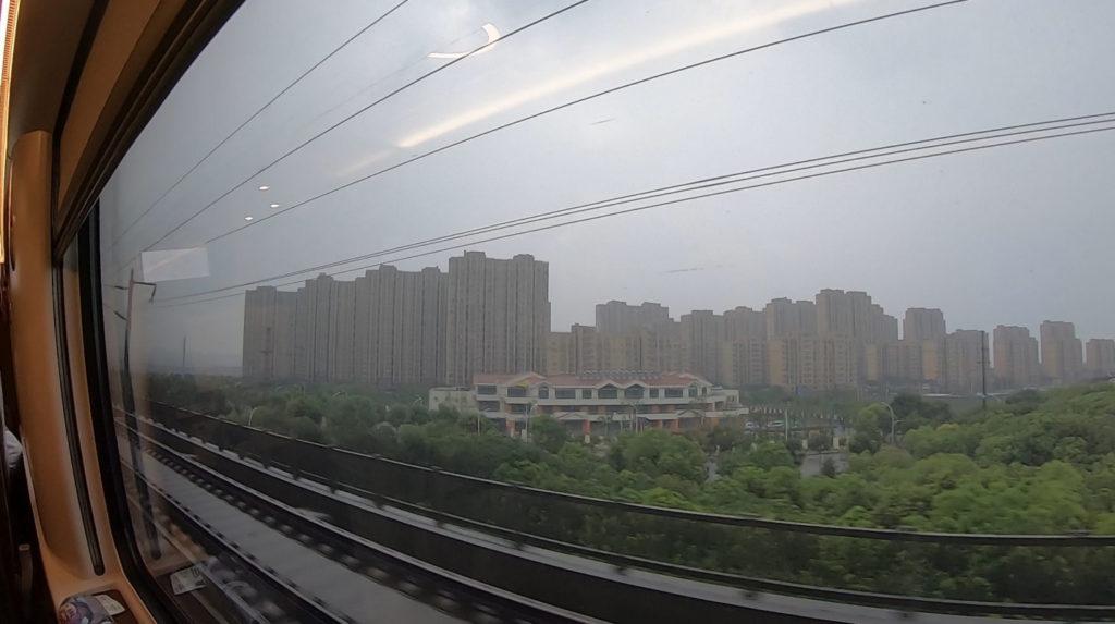 Pociągiem z Szanghaju do Pekinu - jedno z wielu blokowisk mijanych po drodze