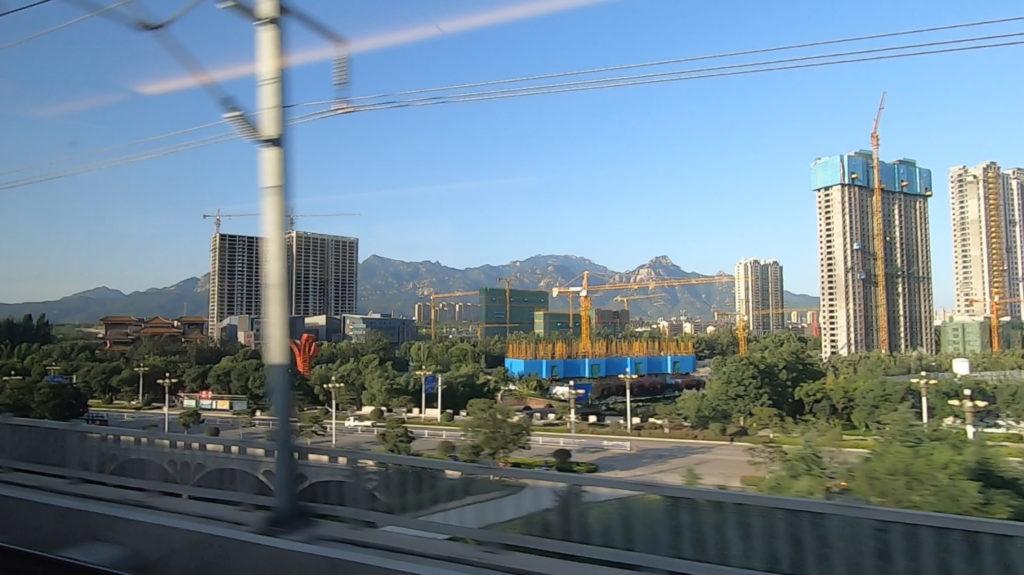 Pociągiem z Szanghaju do Pekinu - pasma górskie i bloki