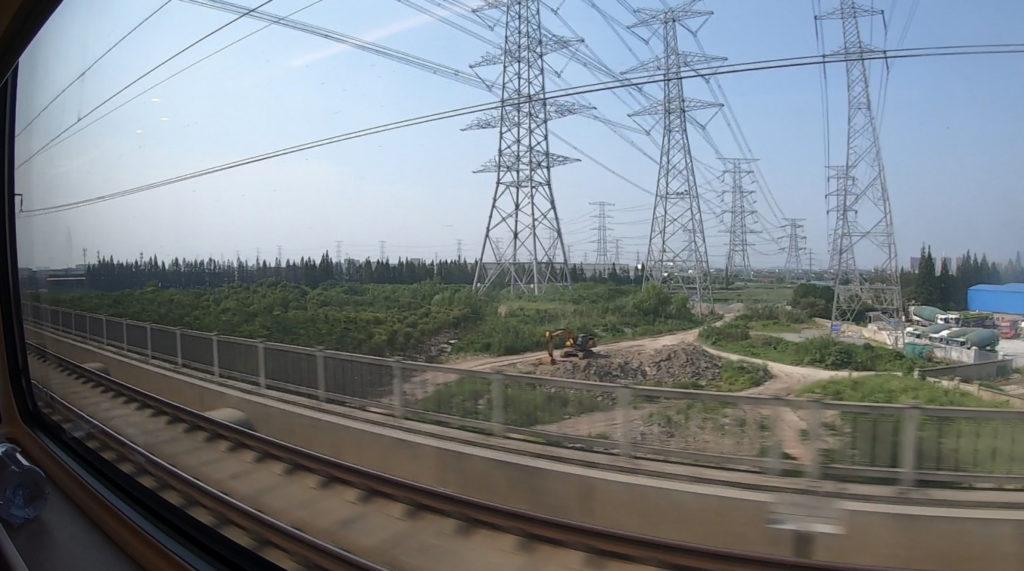 Pociągiem z Szanghaju do Pekinu - sieć wysokiego napięcia i słupy energetyczne
