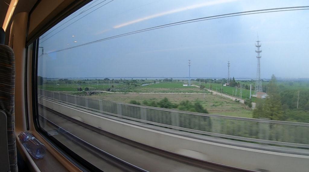 Pociągiem z Szanghaju do Pekinu - maszty telekomunikacyjne na obszarze rolniczym