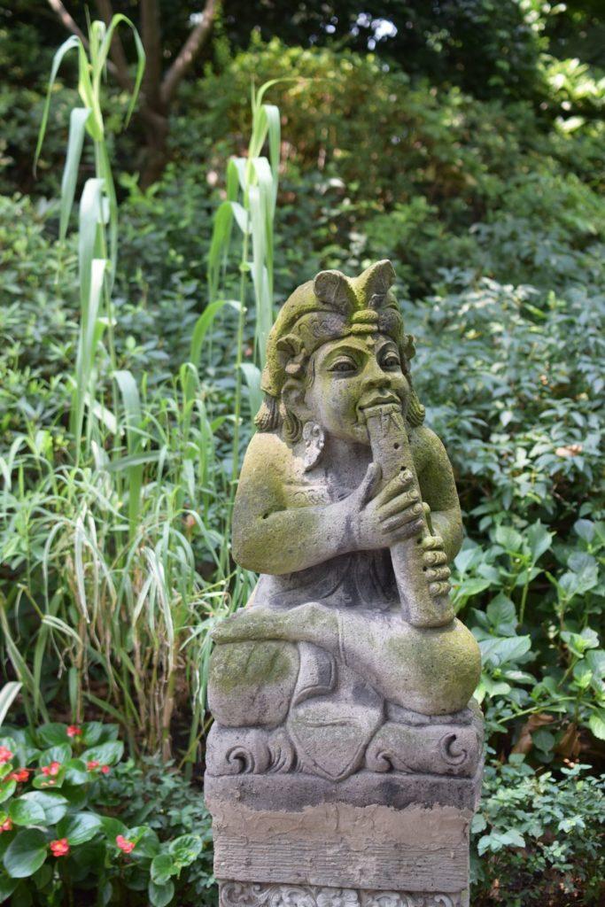jeden z posągów, który można znaleźć w parku Jing'an