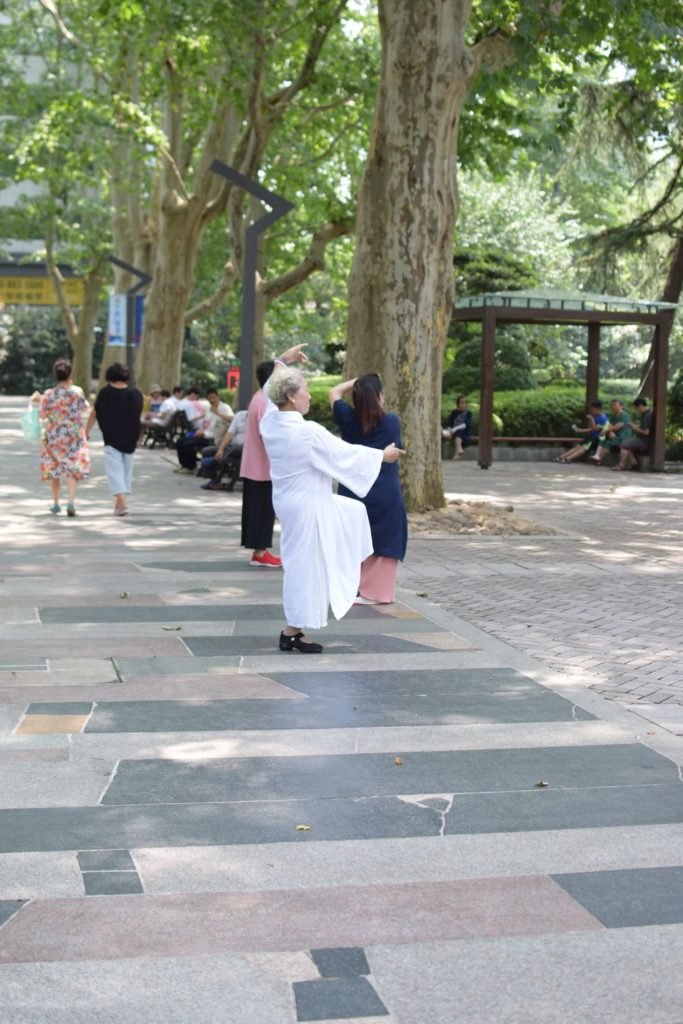 Pani uprawiająca Tai Chi w parku Jing'am