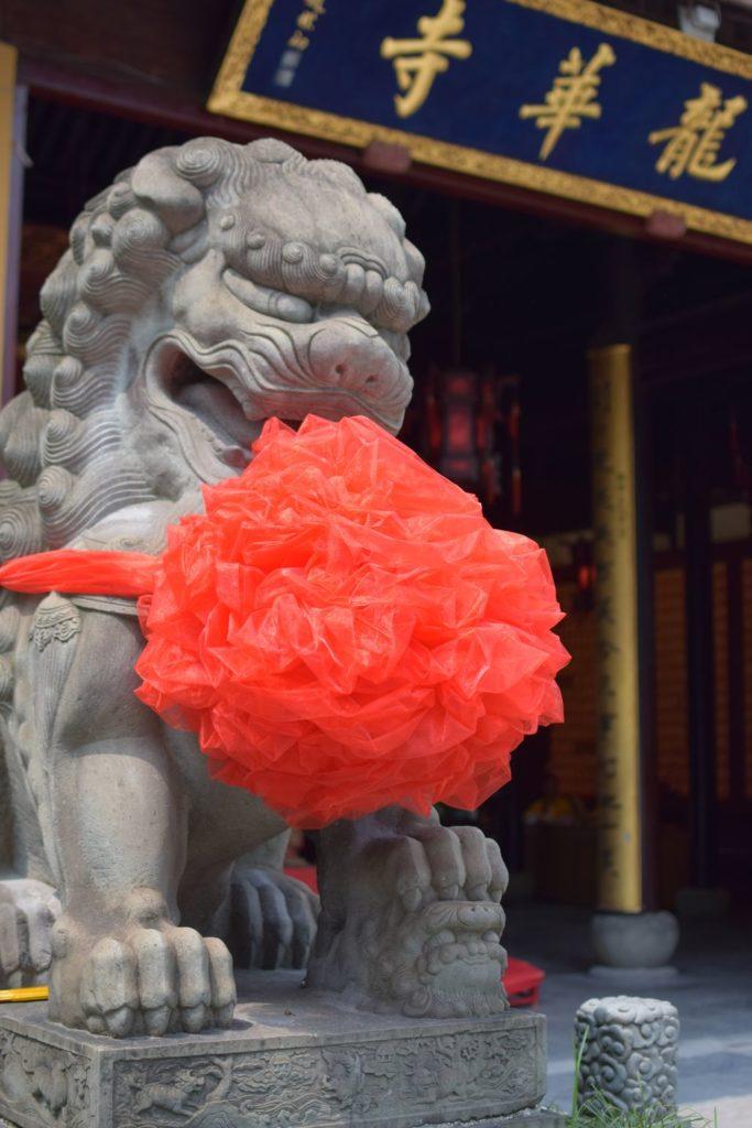 smok strzegący wejścia do jednego z pawilonów. Świątynie Szanghaju