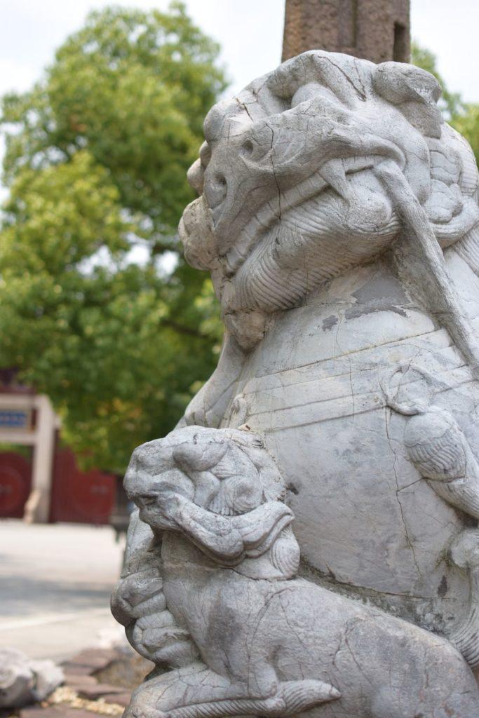 świątynia Longhua smok rzeźba przed wejściem