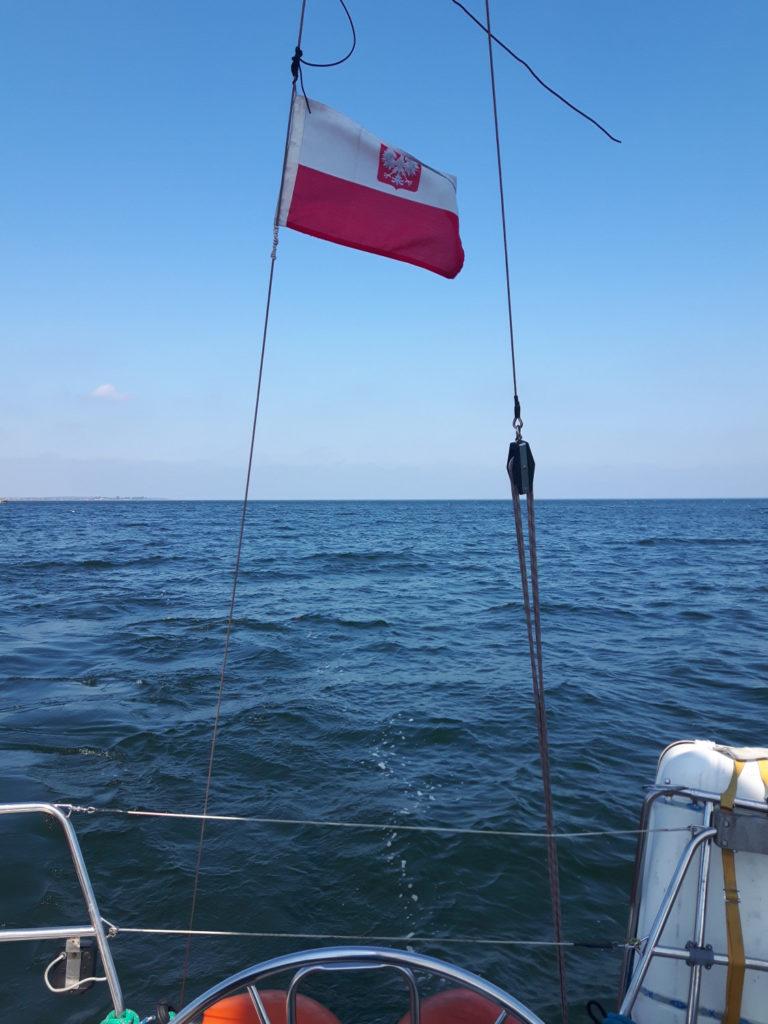 Rejs po Zatoce Gdańskiej - widok na banderę od strony rufy