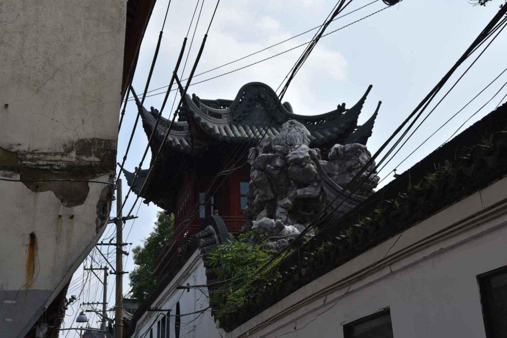 pozostałości po murze i rzeźbach smoków