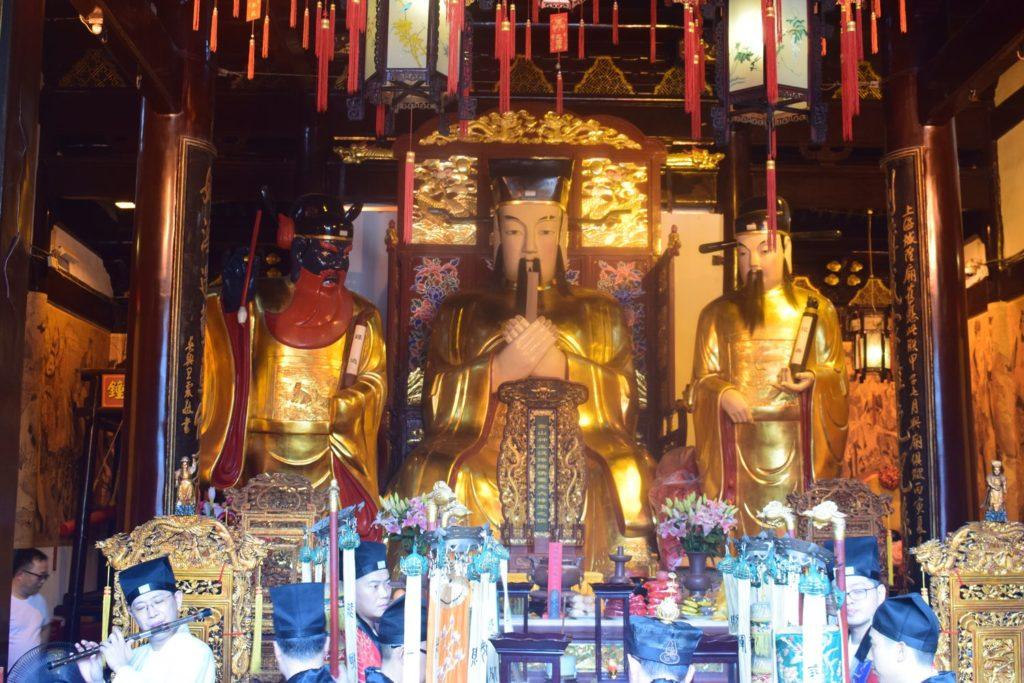 Posągi Bogów Opiekuńczych w świątyni boga miasta w Szanghaju. Świątynie Szanghaju