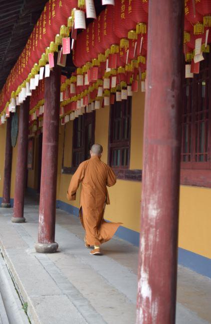 Mnich spacerujący po terenie świątyni