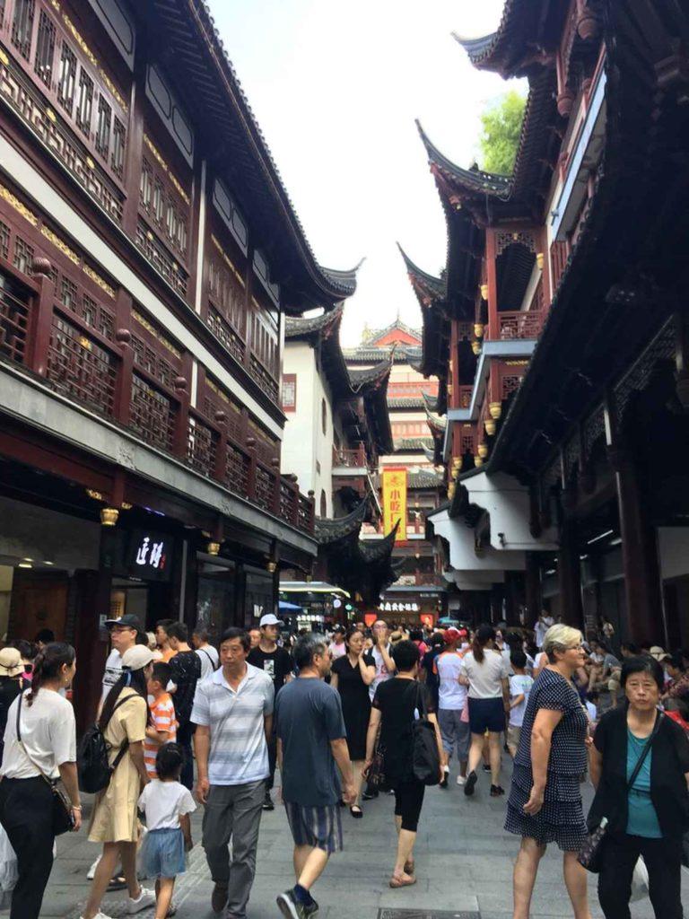 tłumy przechadzające się po bazarze