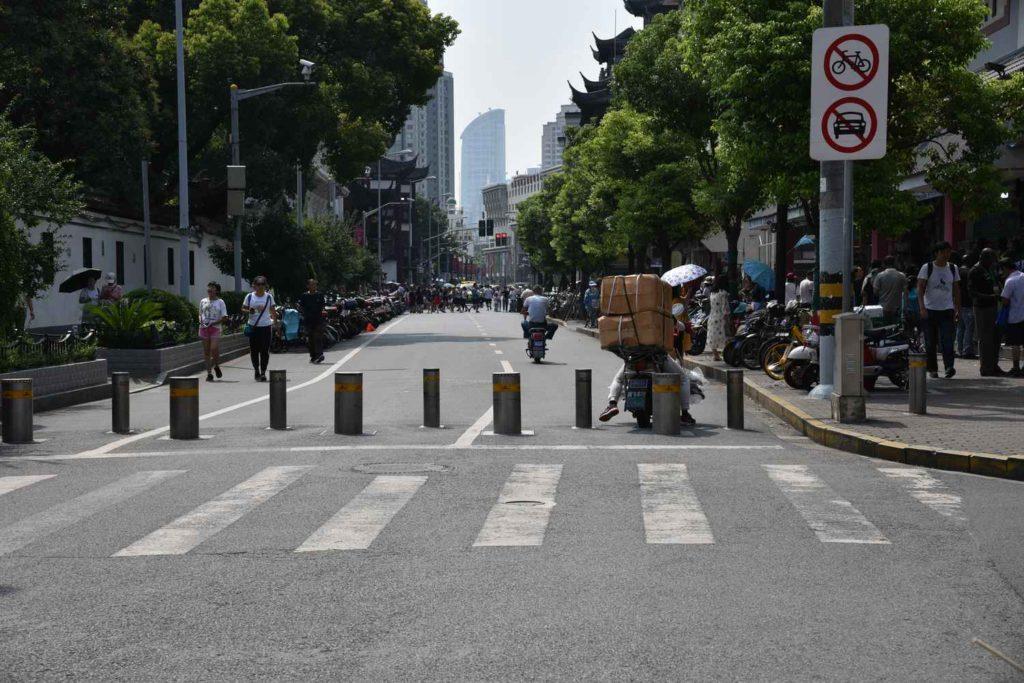 wejście na teren bazaru Yuyuan - już tutaj widać tłumy ludzi