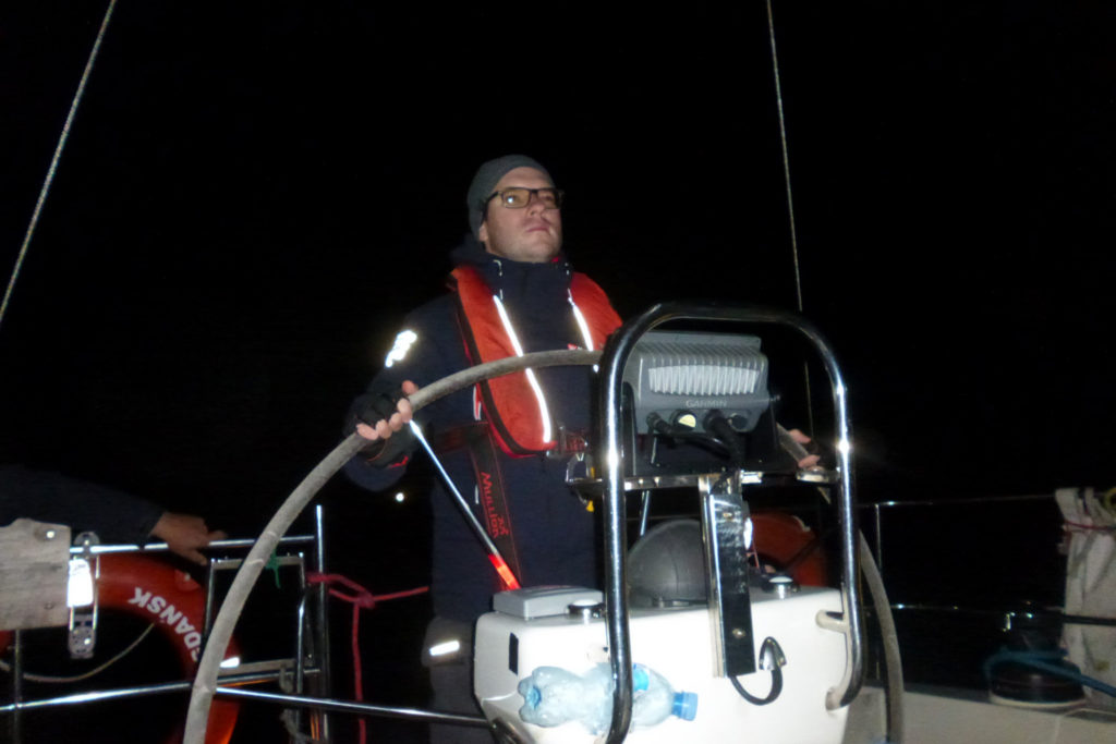 Bałtyk - rejs stażowy - nocna wachta na silniku podczas flauty, sternik za sterem