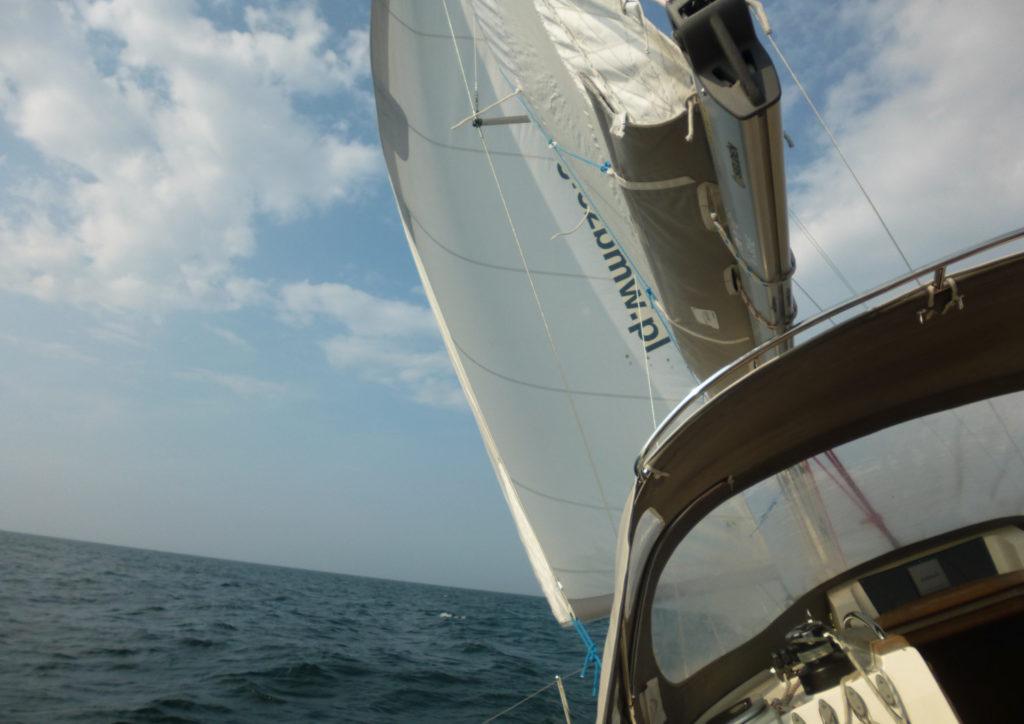 Bałtyk - rejs stażowy - widok w przechyle z jachtu na morze