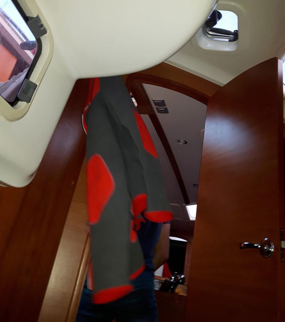 Widok z przechylonej kabiny na jachcie - polar wisi pod kątem