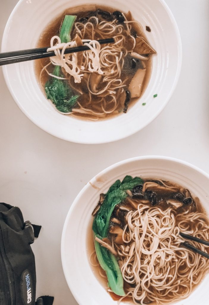 Gdzie zjeść w Szanghaju? Na dworcu bulion drobiowy z kapustą, grzybami i makaronem