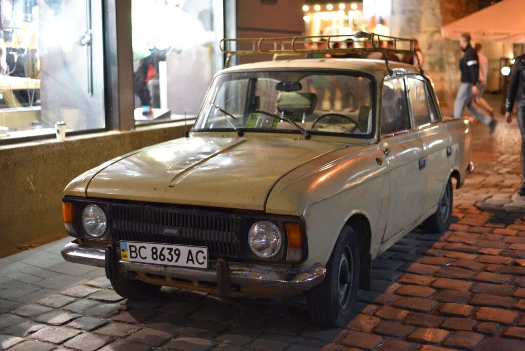 City break we Lwowie - stary ukraiński samochód wieczór