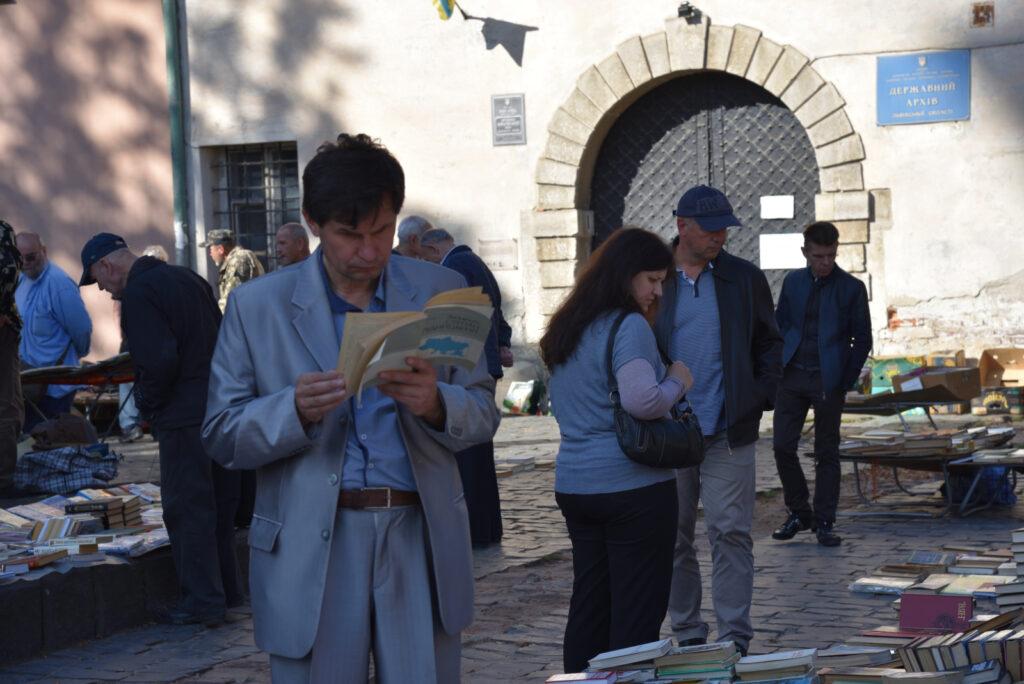 Mężczyzna z książką na targu bukinistów we Lwowie