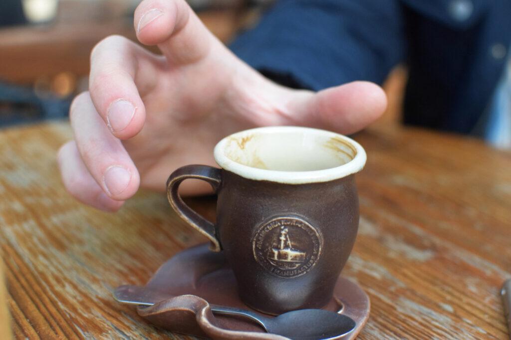 Stare miasto we Lwowie - tutaj nie mogło zabraknąć obowiązkowej lwowskiej kawy; kamionkowa filiżanka