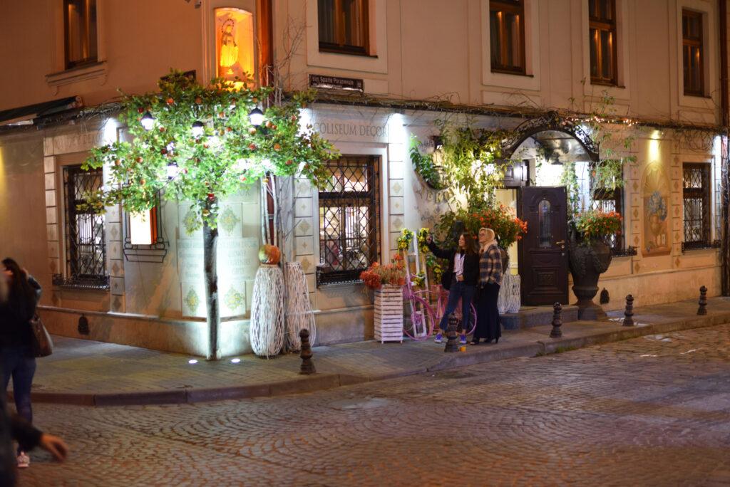 City break we Lwowie, Lwów, wieczór, iluminacja sklepów i restauracji