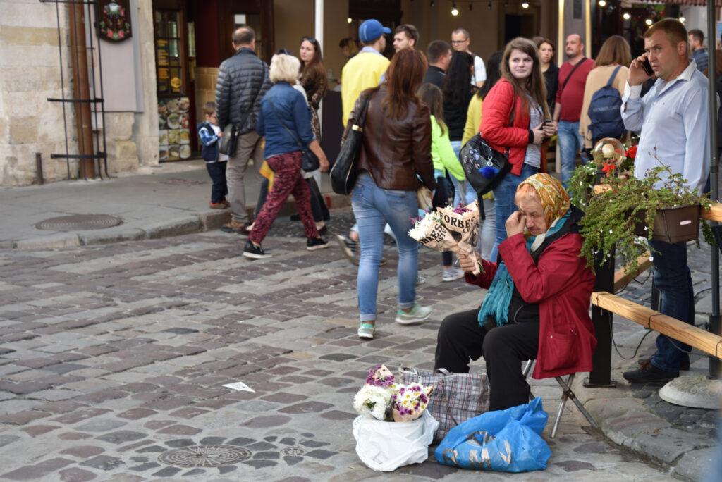 Kobieta sprzedająca kwiaty nieopodal rynku we Lwowie