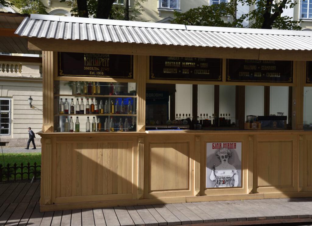 Stare miasto we Lwowie - wieczorem można się tutaj napić w jednym z wielu punktów podających alkohol