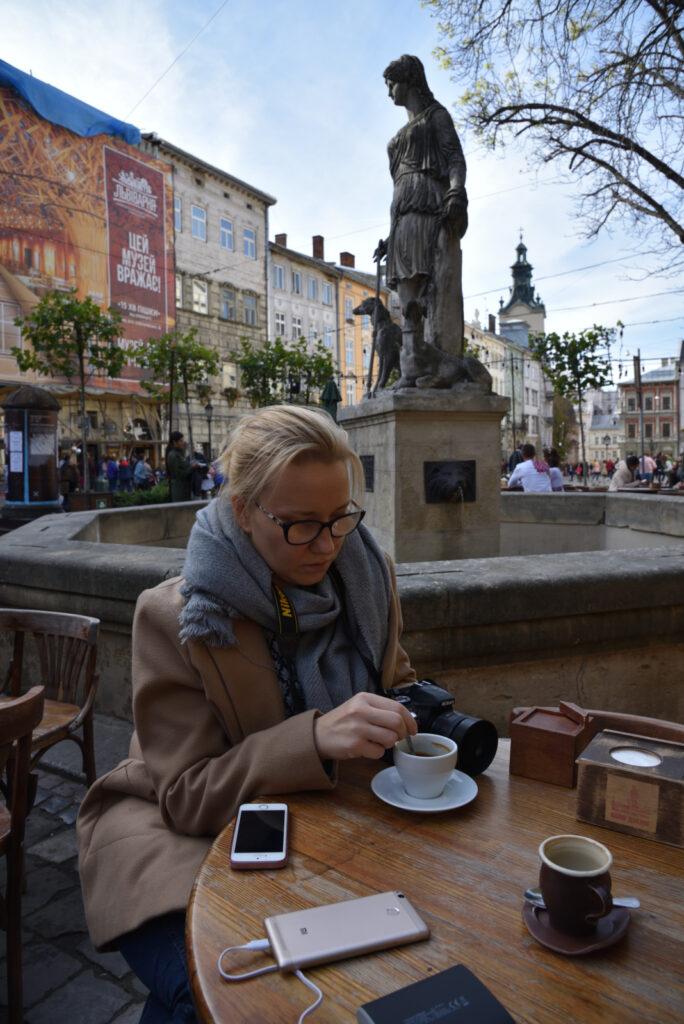 Aneta przy kawie na rynku we Lwowie a za nią fontanna z posągiem Diany - bogini łowów, przyrody, płodności i Księżyca w mitologii rzymskiej