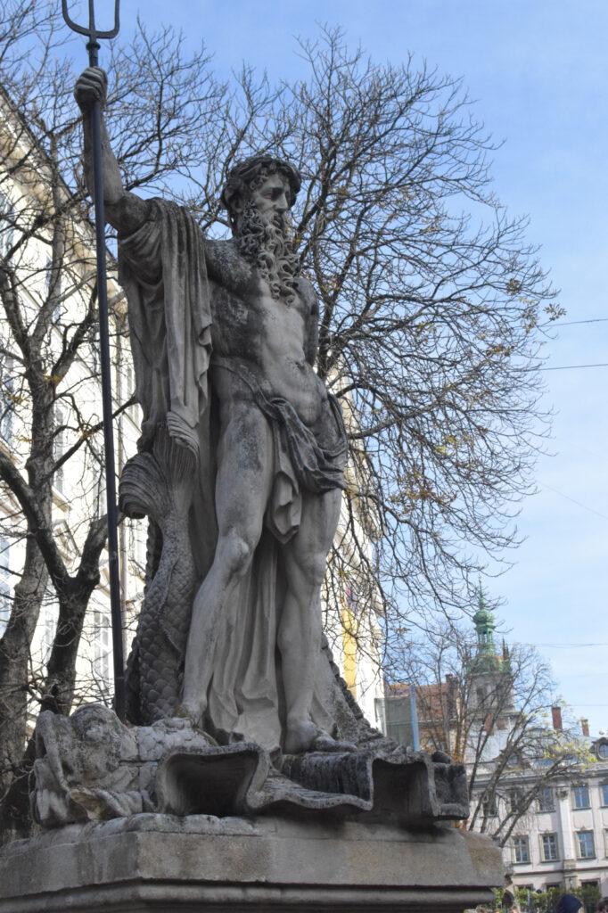 Zbliżenie na posąg Neptuna na rynku we Lwowie