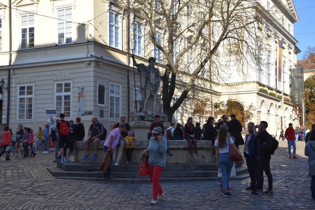 Stare miasto we Lwowie - fontanna z posągiem Neptuna przed lwowskim ratuszem