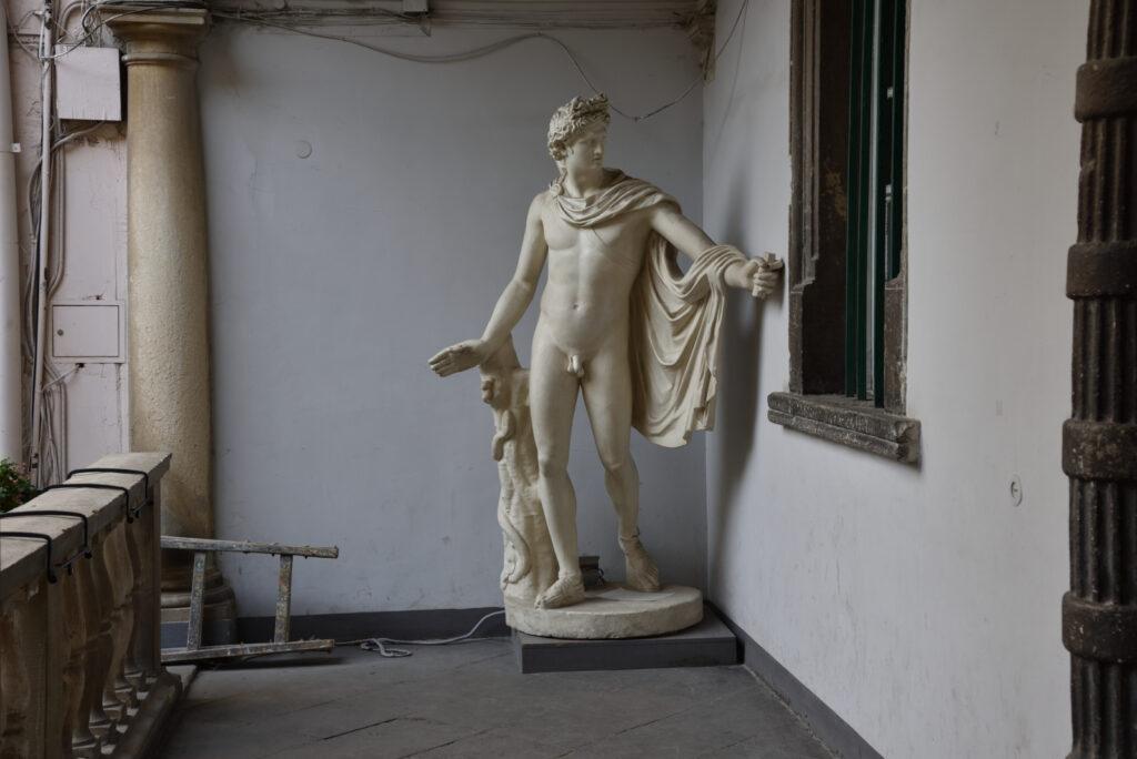 Renesansowa rzeźba na Włoskim Podwórku we Lwowie, posąg nagiego mężczyzny
