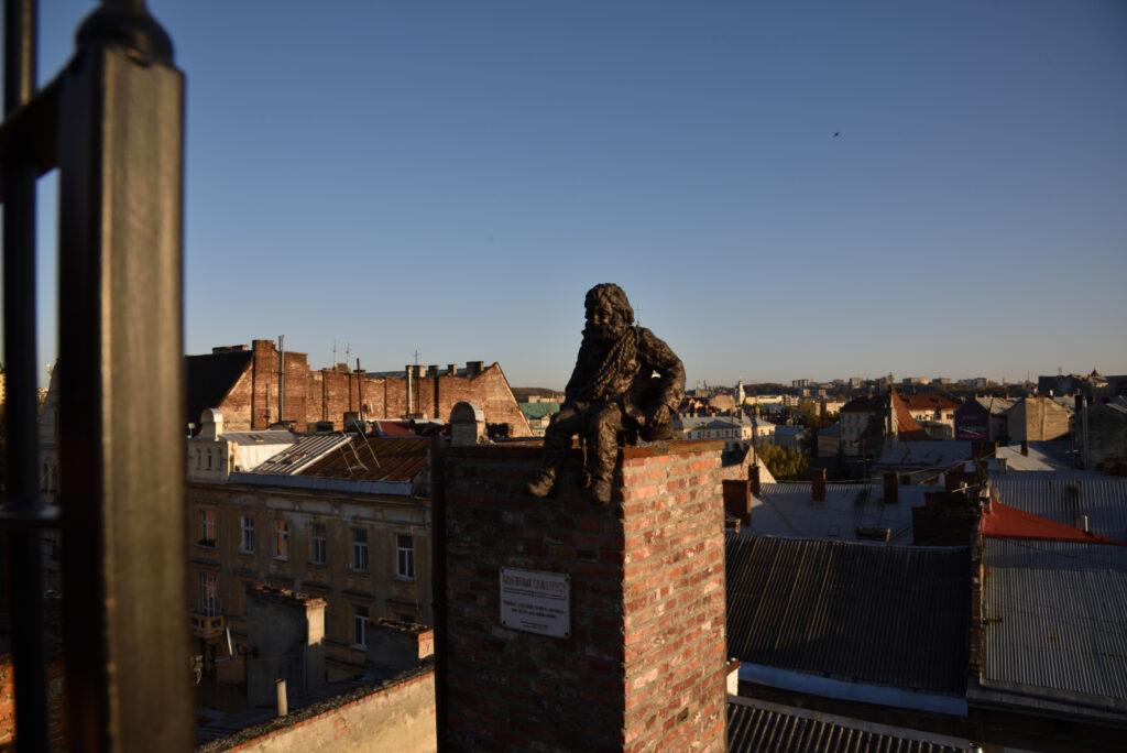 Figura kominiarza na dachu Domu Legend we Lwowie