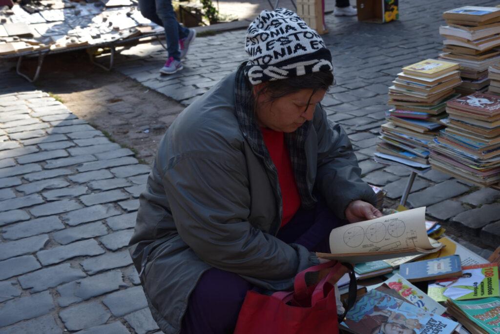 Kobieta na targu bukinistów we Lwowie