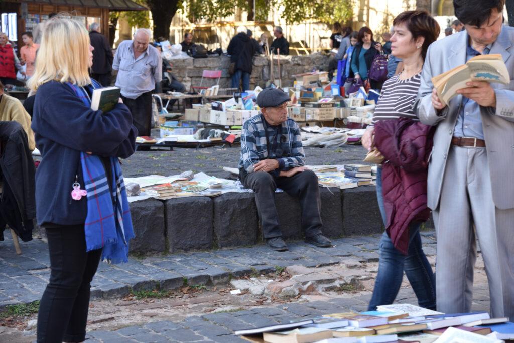 Targ bukinistów we Lwowie - mężczyzna sprzedający książki